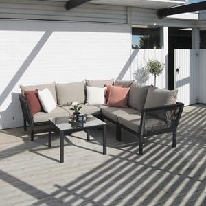 Hillerstorp Hörle Lounge består av en hörnsoffa med 5 sittplatser i svart aluminium och band av konstmaterial och ett loungebord.